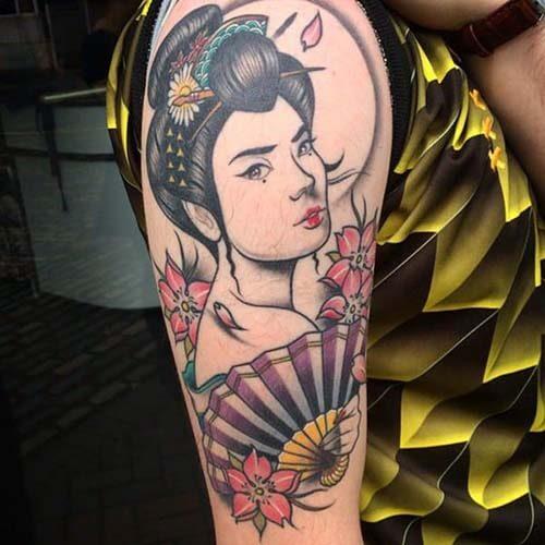 Hình xăm Geisha cầm quạt