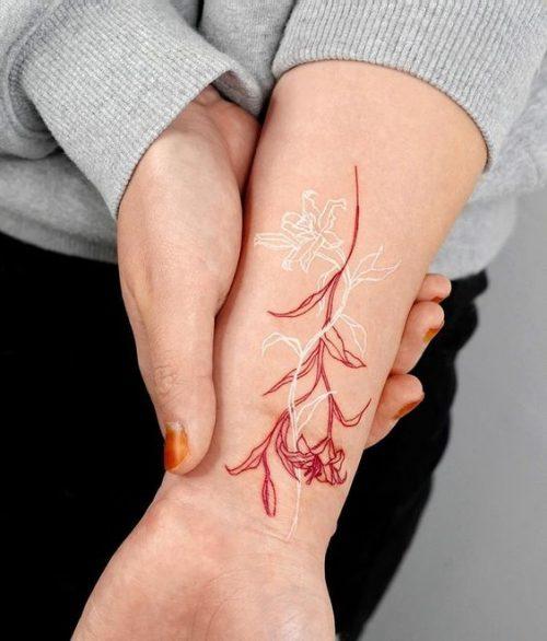 Hình xăm hoa bỉ ngạn ở cổ tay