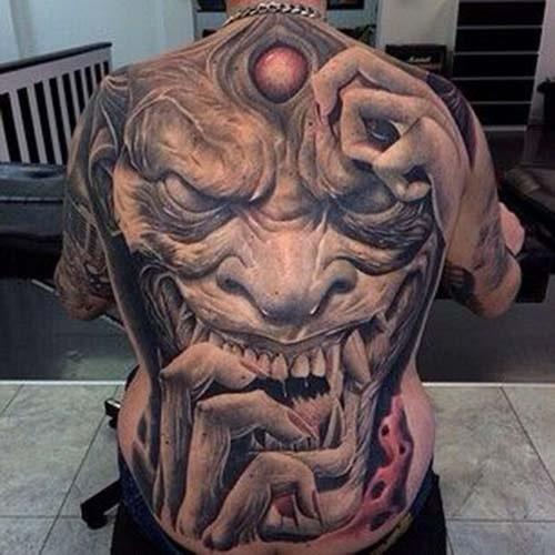 Khung hình xăm mặt quỷ kín lưng