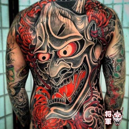 Hình xăm mặt quỷ kín lưng