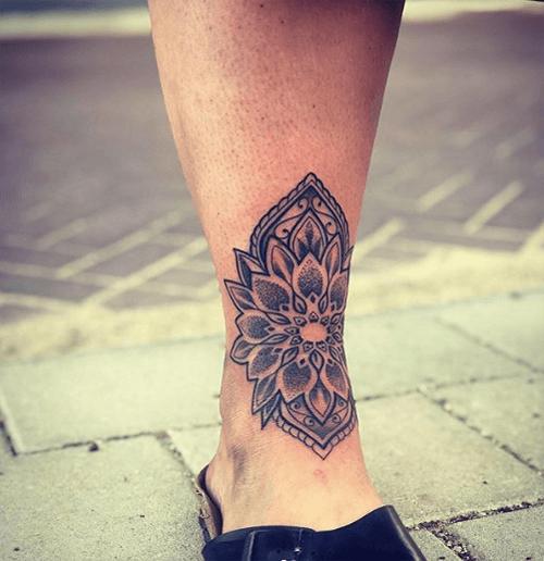 Hình xăm hoa sen mandala ở chân