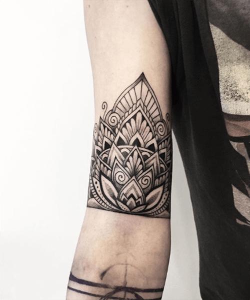 Hình xăm hoa sen mandala trên cánh tay