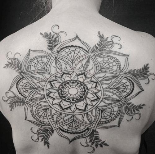 Hình xăm hoa sen mandala trên lưng